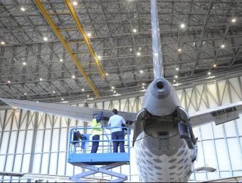 Imatge d'un avió durant fase de manteniment arxiu