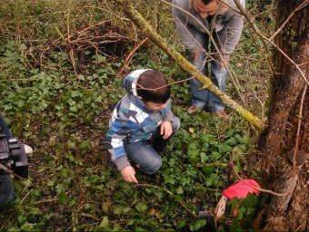 Un dels infants que s'ha apuntat a l'experiència de buscar el tió a dins el bosc. ARXIU