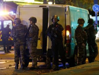 Efectius de l'Exèrcit francès vigilen l'exterior de la 'sala Bataclan', a París EFE