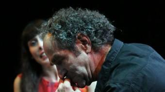 L'actor Albert Pérez en primer pla; al darrere Laura López. QUIM PUIG