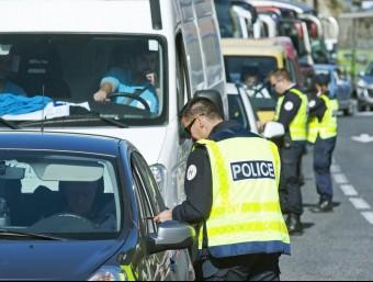 Agents de la policia espanyola i francesa, revisaven ahir la documentació als vehicles que passaven pel municipi fronterer del Pertús a EFE/ robin townsend