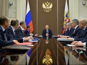 Vladimir Putin , cap del Kremlin, durant la reunió que va mantenir ahir amb el consell de seguretat rus AFP