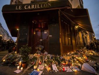 Espelmes i rams de flors aquest dissabte al vespre davant el restaurant Le Carillon de París, un dels punts atacats pels terroristes EFE
