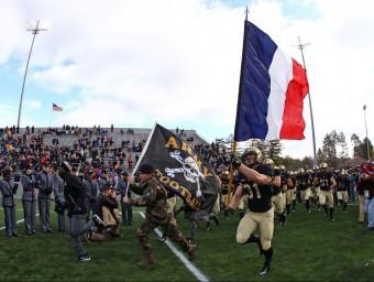 Un defensa de l'exèrcit de West Point Black Knights portant una bandera francesa REUTERS