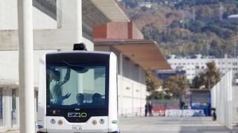 El minibús EZ10 circulant ahir de manera autònoma entre els pavellons de Fira de Barcelona MARTA PÉREZ / EFE