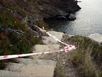 El camí de ronda a la cala on l'estiu de 2014 va morir una turista francesa va quedar tallat. ACN