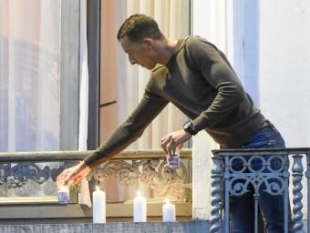 Mohamed Abdeslam, germà d'un dels gihadistes morts a París posa espelmes al balcó de casa en record de les víctimes, ahir a Molenbeek, a Brussel·les REUTERS