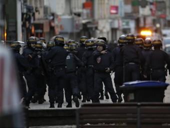 Policies es despleguen a Saint-Denis, a París, en l'operació en què va caure el comando gihadista KENZO TRIBOUILLARD / AFP