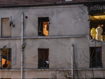 La policia, inspeccionant ahir l'edifici de Saint-Denis on van morir Abaaoud EFE / C. Petit Tesson