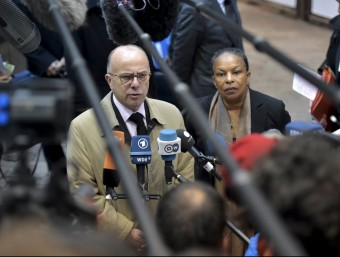 El ministre d'interior francès, Bernard Cazeneuve, i la ministra de justícia francesa, Christiane Taubira REUTERS