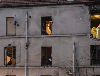 Investigadors dins de l'edifici on va tenir lloc l'operació policial i on hi havia l'apartament dels gihadistes autors dels atemptats de París EFE