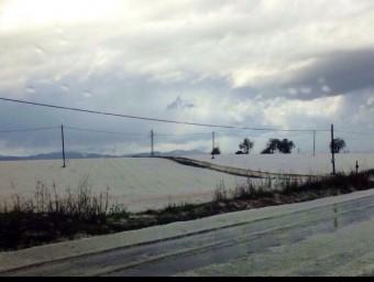 Un dels escenaris de la vistosa pedregada d'ahir va ser la carretera de Blanes a Vidreres. MARTA RODRÍGUEZ