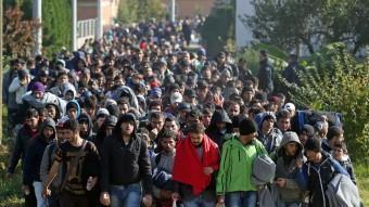 Centenars de refugiats intenten creuar la frontera entre Croàcia i Eslovènia. AGÈNCIES