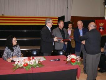El delegat de Cultura de la Generalitat, Jordi Agràs, va lliurar les plaques de reconeixement conjuntament amb els presidents dels dos consells comarcals i l'alcaldessa de Puigpelat J.L.E