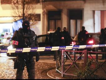 Diversos policies durant una de les operacions policials aquest diumenge a la nit a Brussel·les EFE