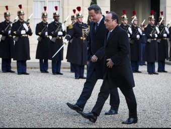 El president francès, François Hollande, rebent ahir el primer ministre britànic, David Cameron, a l'Elisi EFE / IAN LANGSDON