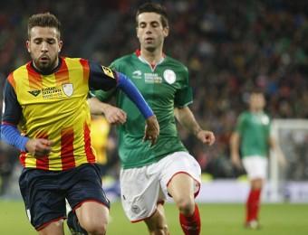 Jordi Alba, pressionat per Susaeta, en el partit del desembre passat a San Mamés O. DURAN