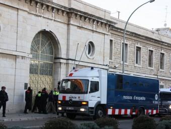 Dispositiu de trasllat de reclusos de la presó de Tarragona a la del Catllar ACN