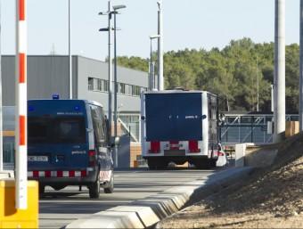 Un dels vehicles fets servir ahir en el trasllat a l'entrada de la nova presó de Mas d'Enric JOSÉ CARLOS LEÓN