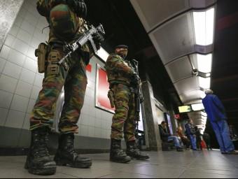 Soldats belgues patrullen les andanes del metro, aquest dimecres a Brussel·les EFE