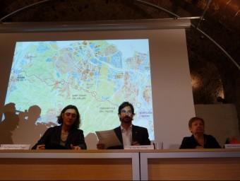 Els tres alcaldes el 2011 davant del plànol del vial de Cornisa que volien eliminar C.A.F
