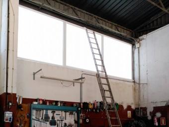 Al parc de bombers de Figueres es va haver d'apuntalar un finestral perquè no aguantava la tramuntanada. EPA