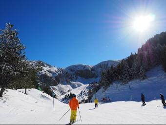 Esquiadors a La Masella , la primera de les estacions d'esquí a la península en obrir portes aquesta temporada LA MASELLA
