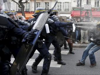 Enfrontaments entre la policia i els manifestants contra la cimera del clima a París REUTERS
