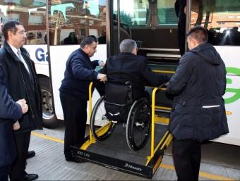 L'alcalde de Torrefarrera , Jordi Latorre, pujant al bus per la plataforma d'accés per a minusvàlids. BOSCH O. / ACN