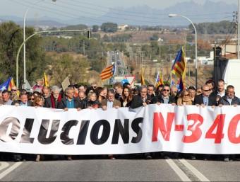 Els alcaldes del Baix Penedès i el Baix Gaià van encapçalar la mobilització de diumenge a l'Arboç. J.M. FLORES / TAEMPUS