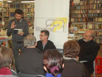 Alfons Cama, entre Ferran Piqué i Josep Maria Fonalleras, durant la presentació d'ahir a la llibreria 22 de Girona X.C