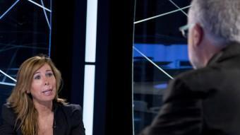 La presidenta del PP català, Alícia Sánchez-Camacho, i el director d'El Punt Avui, Xevi Xirgo, en un moment de l'entrevista ALBERT SALAMÉ