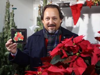 Toni Subirana, amb el seu nou disc, en una parada del mercat de Nadal de Girona M. LLADÓ