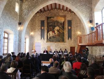 Els representants dels ajuntaments de les capitals de les quatre comarques del Penedès històric ahir al Castell de Sant Martí Sarroca. C.M. / TAEMPUS