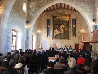 Els representants dels ajuntaments de les capitals de les quatre comarques del Penedès històric, dimecres al castell de Sant Martí Sarroca C.M. / TAEMPUS