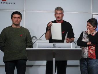 Els diputats de la CUP Josep Manel Busqueta, Sergi Saladie i Gabriela Serra, en una roda de premsa dimarts al Parlament EFE