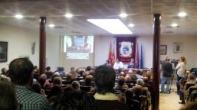 Una anterior assemblea veïnal a l'Ajuntament de la Pobla del Duc. EL PUNT AVUI
