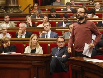 Toni Comí (a l'esquerra a dalt) i Benet Salellas (baixant l'escala), al Parlament ORIOL DURAN
