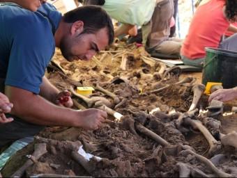 Un investigador treballant en una fossa comuna de la Guerra Civil en una zona de Girona, on ja s'han fet exhumacions ARXIU