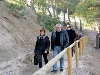 Visita de els autoritats a les obres de recuperació del turó que han donat feina a persones en risc d'exclusió DDL