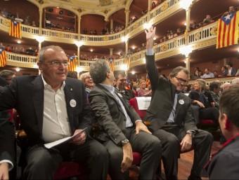 El president de la Generalitat en funcions, Artur Mas, saluda els assistents al míting d'aquest divendres al Teatre Bartrina de Reus JOSÉ CARLOS LEÓN