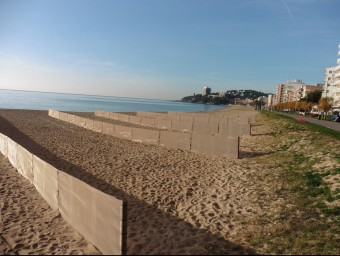 Els rengles de xarxes per retenir la sorra a l'hivern a la platja de Sant Antoni EL PUNT AVUI