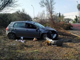 El cotxe enmig de la vegetació on va caure després d'haver volat per damunt de la part empedrada de la rotonda TURA SOLER