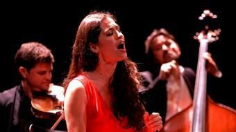 Sílvia Pérez Cruz en un moment de l'actuació a l'Auditori. LLUÍS SERRAT