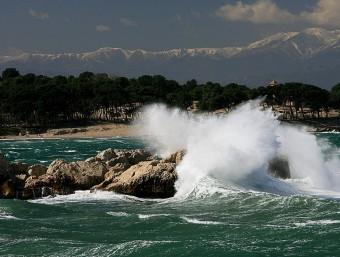 El mar de l'Escala, embravit per una tramuntanada, el març del 2007.  MANEL LLADÓ