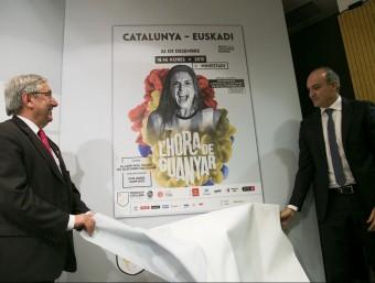 Luis Mari Elustondo i Andreu Subies destapant el cartell del partit femení, amb Alèxia Putellas ALBERT SALAMÉ