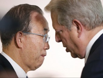 Ban Ki-moon escoltant les explicacions d'Al Gore, ahir a París STEPHANE MAHE // REUTERS
