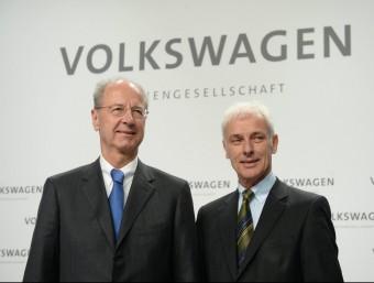 El president de Volkswagen, Matthias Müller, i el del consell de vigilància del grup, Hans Dieter Pötsch, aquest dijous a Wolfsburg, a Alemanya EFE