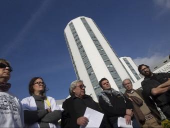 Els diputats Josep Manel Busqueta i Julià de Jòdar, a la dreta de la imatge, davant de l'Hospital Bellvitge per denunciar la gestió sanitària. efe
