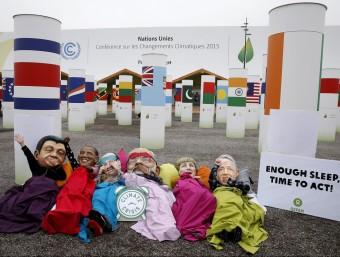 Activistes de l'ONG Oxfam es manifesten aquest dijous davant el centre de convencions on se celebra la COP21 EFE